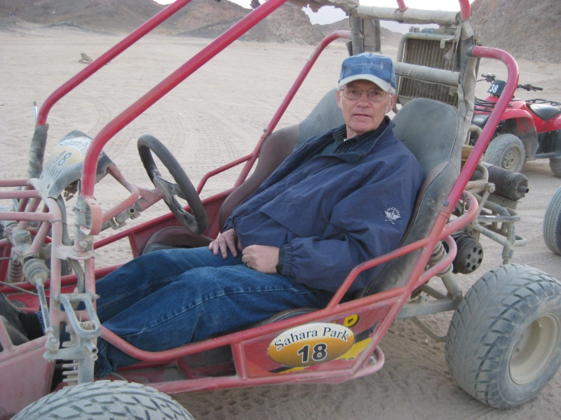 03 201412_31 Sahara desert (Richard in dune buggy)